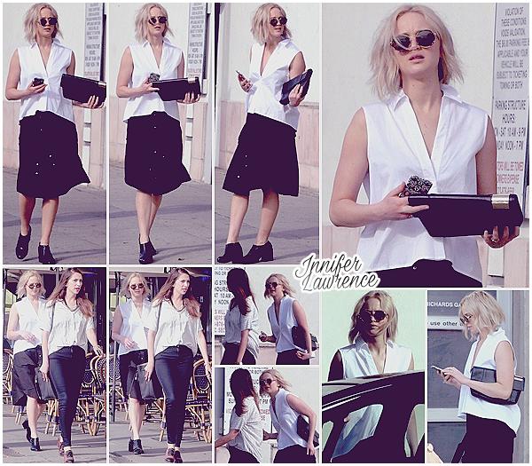 23/02/2016 : Jennifer et une amie ont été repérées faisant du shopping dans Los Angeles (CA) :  Nouvelle sortie entre copines pour miss Lawrence qui profite du bon temps. J'aime beaucoup sa tenue noire & blanche, très légère :)