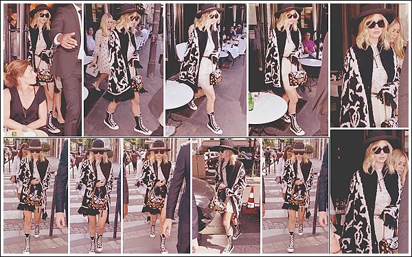 - • 03.07.17 l Jennifer Lawrence a été aperçue en train de flâner dans les rues de la capitale française « Paris » (FR) : La belle a d'abord quitté un restaurant avant de faire un peu de shopping sur la célèbre avenue Montaigne dans le 08° arrondissement de Paris.