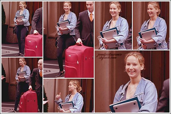 - • 05.06.17 ⅠJennifer Lawrence a été vue quittant l'hôtel « Greenwich » situé dans la grosse pomme, New-York (US) : On ne va pas se mentir, un candid souriant de la belle est plutôt rare, alors profitons en surtout quand la tenue est un top - sauf les chaussures - !