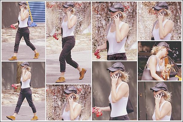 - • 28.08.17 l Jennifer Lawrence a été aperçue se promenant seule dans les rues de la ville de « New-York City » (US) : Petit break pour Jen qui était sur le tournage du film X-Men : Dark Phoenix à Montréal. Elle était pendue à son téléphone, l'adorable Pippi sous le bras.