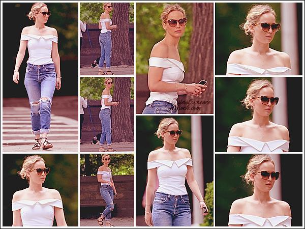 - • 16.06.17 ⅠJennifer Lawrence a été vue se promenant dans « Central Park » situé dans la ville de New-York (US) : Bye Bye le sourire & bonjour la grise mine ! Malgré tout, je donne un beau top à sa tenue, j'aime tout de la tête aux pieds ! Qu'en pensez-vous ?