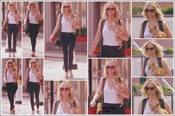 - • 23.06.17 l Jenn - Pippi sous le bras - quittait un rendez-vous professionnel situé dans « Westwood » , Los Angeles : Visiblement mécontente de revoir les pap'z, Jen ne lâchait plus sa bête à quatre pattes. En revanche un beau top pour sa tenue, j'aime beaucoup ! **