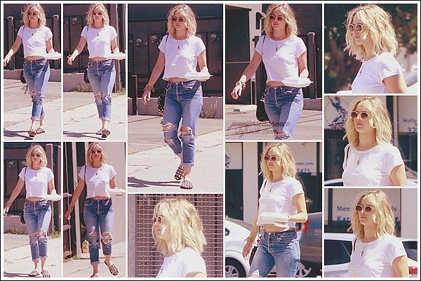 - • 25.06.17 l  Après le déjeuner, Jennifer Lawrence a été aperçue quittant un restaurant situé dans « Los Angeles » (LA)  Jen a déjeuné avec le réalisateur Quentin Tarantino. Espérons qu'il s'agisse d'une future collaboration entre les deux! Pour la tenue, j'aime assez !