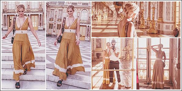 - • 06.07.17 ⅠEn mode touriste, Jennifer visitait le célèbre « Château de Versailles » dans la ville du même nom (FR) : Il s'en est fallu de peu avant que Jen finisse le sein à l'air. Sinon, j'aime bien sa robe malgré tout et elle était toute souriante avec son ami. Un joli top !