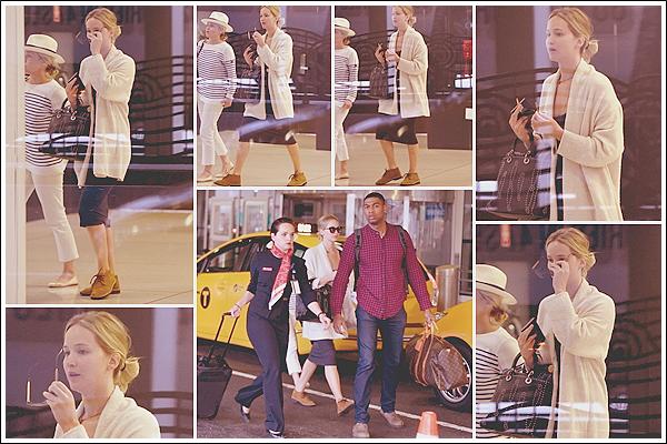 - • 07.07.17 ⅠJennifer Lawrence a été vue, à l'arrivée, à l'aéroport « JFK » situé dans la ville de New-York City (US) : Après un court séjour à Paris Jen est de retour dans son pays natal. Arrêt à N.Y où elle a passé du temps avec son amie Amy Schumer le dimanche.