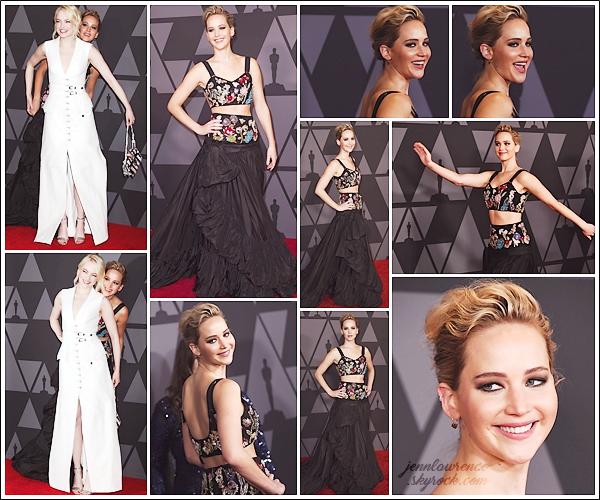 - • 11.11.17 l Jennifer L. assistait à la 9° cérémonie des « AMPAS Annual Governors Awards » à Los Angeles (CA) : Jouant à cache-cache sur le tapis avec son amie Emma Stone, Jen brillait dans sa robe brodée Alexander McQueen ! J'aime beaucoup, un beau top !