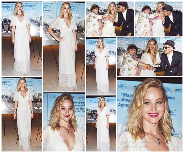 - • 11.10.17 l Jennifer Lawrence assistait à la première du film français « Visages, Villages » dans Los Angeles (CA) : Miss Lawrence était en présence des français Agnès Varda & JR. Photos complices,elle est tout sourire et j'aime beaucoup sa robe dentelée. Un top !