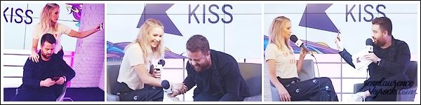 - • 19.02.18 l  Jennifer Lawrence a été repérée arrivant aux studios de la radio « Kiss FM » située dans - Londres (UK) : C'est sous la pluie que Jen commençait sa journée de promotion pour le film Red Sparrow. Un top pour sa tenue, j'aime beaucoup le bas et manteau !