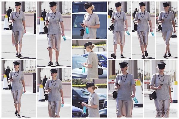 - • 06.03.18 l Jennifer Lawrence a été aperçue dans les rues du quartier de « Westwood » situé à Los Angeles (US) : Maintenant la promo et les cérémonies terminées, Jen a enfin le droit à un peu de bon temps. Flop pour sa tenue, j'aime pas du tout son association !