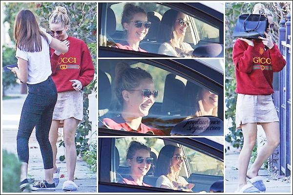 - • 08.03.18 l Jennifer Lawrence a été aperçue devant sa maison, avec une de ses amies, dans « Los Angeles » (US) : Peu de photos, mais ça fait plaisir de la voir le sourire aux lèvres ! Pour la tenue on repassera ... J'aime bien le pull mais pas porté comme ça. Flop !