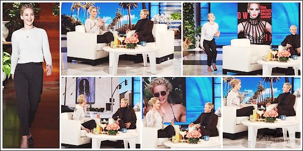 - • 02.03.18 l Jennifer Lawrence assistait à l'émission « The Ellen Degeneres Show » filmée dans Los Angeles (US) : Décidément, Jen est de plus en plus à l'aise sur les plateaux. Cette fois-ci, elle avait une collection de cocktails & une seule chaussure aux pieds. Top !