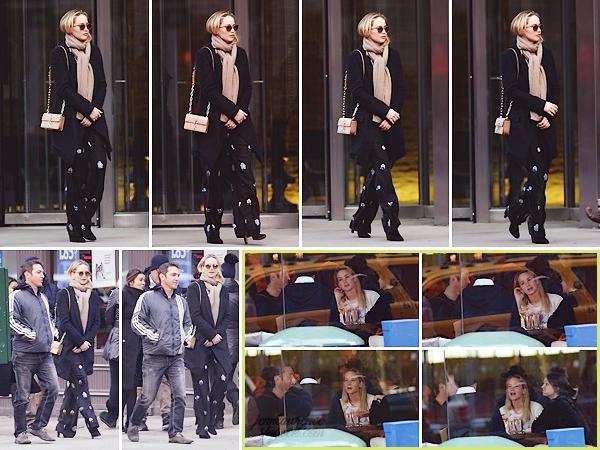 - • 11.04.18 l Jennifer Lawrence est allée dîner avec des amis proches toujours dans la ville de « New-York » (NY) : Un candid enfin digne de ce nom pour la belle ! Globalement, j'aime beaucoup la tenue, surtout le pantalon et les chaussures. C'est un beau top !