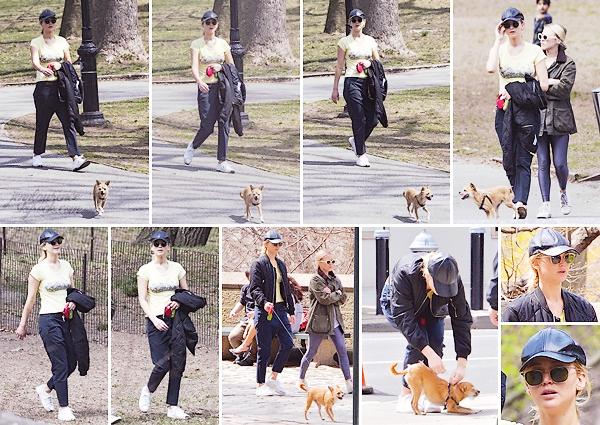 - • 13.04.18 l Jennifer Lawrence a été vue promenant Pippi dans « Central Park » avec une amie à New-York (NY) : Tenue sportive pour se dégourdir les pattes avec son fidèle compagnon à quatre pattes ! Rien à souligner pour sa tenue, mais j'aime bien les photos !