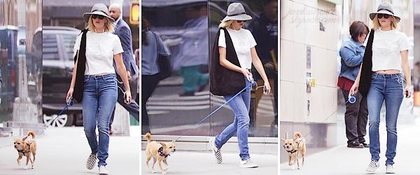 - • 18.05.18 l Jennifer Lawrence a été vue dans les rues de « New-York » en compagnie de son petit chien, Pippi (US) : Promenade matinale pour les deux compères ! Malheureusement, peu de photos dispo mais j'aime bien la tenue de Jen, sauf les chaussures. Ptit top !