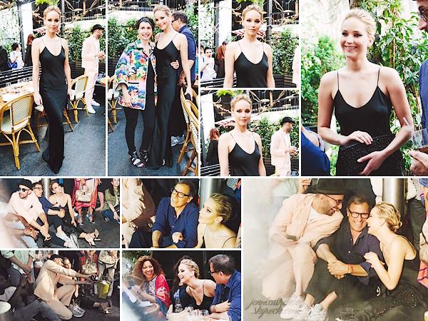 - • 21.06.18 l Jennifer Lawrence assistait à un dîner privé en l'honneur de l'artiste « Prune Nourry » à New-York (US) : Venue inaugurer la nouvelle oeuvre de l'artiste, The Amazon, la belle était avec David O'Russell & le photographe JR. Top pour sa robe noire, la classe !