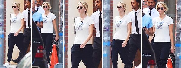 - • 18.09.18 l Jennifer Lawrence a été aperçue quittant un immeuble situé dans les rues de la ville de New-York (US) : Petite news de Jennifer qui est assez discrète ces temps-ci ! Peu de photos mais j'aime bien sa tenue surtout ses baskets. Je lui donne un petit top !