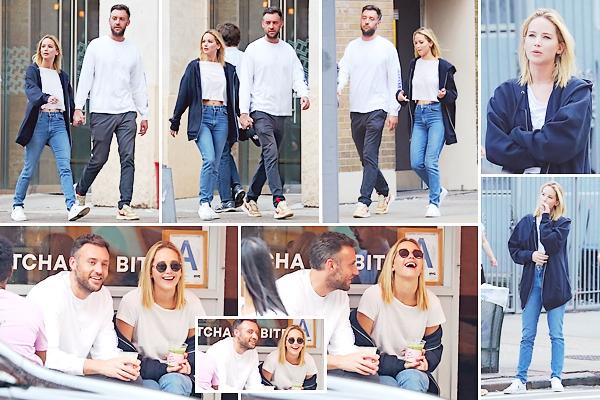 - • 02.10.18 l Jennifer Lawrence et son chéri Cooke Maroney ont été vus se promenant dans les rues de New-York (US) : Main dans la main, les deux tourtereaux étaient tout sourires et jovials lors de cette sortie ! J'aime beaucoup ce candid, beau petit top pour l'ensemble !