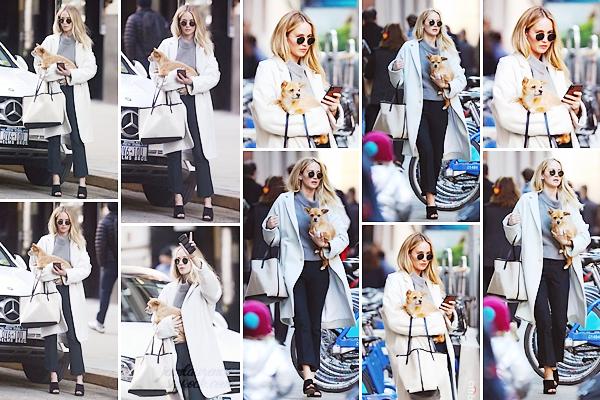 ______________________________________________________________________ 14.03.2019 ↬ Out and About in New-York. • Jennifer Lawrence a été aperçue dans les rues de New-York City. Elle était avec son petit chien Pippi. Cela fait plaisir de revoir sa petite bouille; ça faisait longtemps qu'on avait pas eus un candid avec lui. Pour la tenue, j'aime beaucoup très classe, surtout le sac ! Mais, il a bien que Jennifer pour porter un manteau/col roulé avec des nus pieds aha Un top quand même; qu'en pensez-vous ?