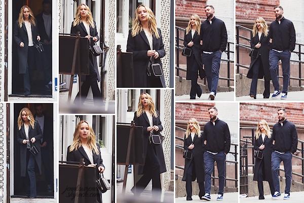 _____________________________________________________________ 25.03.2019 ↬ Leaving a restaurant in New-York. • Jennifer Lawrence et son fiancé Cooke ont été aperçus quittant un restaurant dans New-York. Petite sortie en amoureux pour les tourtereaux qui ne se quittent plus ! Souriante, j'aime assez la tenue de Jenn; elle est très élégante. Qu'en pensez-vous ? (+ elle a aussi été vue quittant un restaurant le lendemain mais étant donné qu'elle se cachait avec son sac à main sur toutes les photos, je ne les posterai pas.)