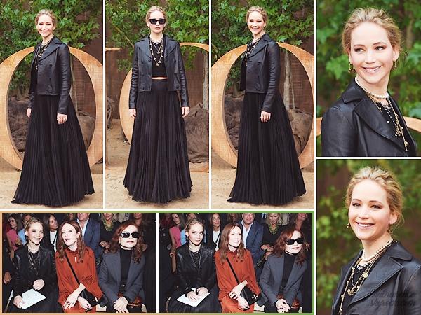 _______________________________________________________ 24.09.19 ↬ 'Dior' Fashion-Show / Paris Fashion-Week • Jennifer Lawrence était de retour à Paris pour assister au défilé Dior organisé pendant la fashion-week. Elle portait bien sûr une tenue signée de la maison française. Assise front-row, on a pu la voir aux côtés de Julianne Moore ou encore Isabelle Huppert. Question tenue, j'aime bien; surtout la jupe et la veste en cuir. Les bijoux aussi sont sympas, le sautoir rend assez bien ! Après c'est un total look noir, pas grand chose à en redire. Top tout de même.