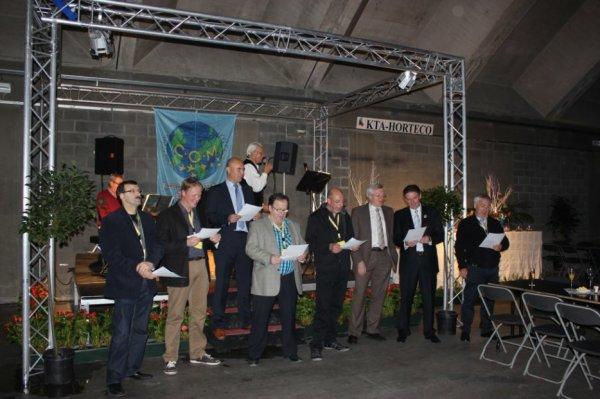 Openingsceremonie - V.v.N.K. Voorzitter Gerry Mertens tijdens zijn Welkomstwoord. Leden van het bestuur heffen het V.v.N.K.Clublied aan !