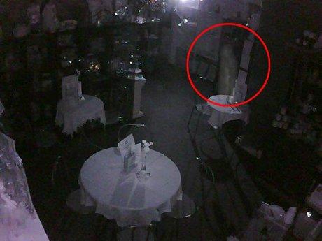 Un fantôme au salon de thé !