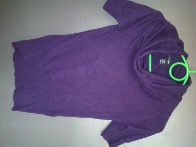 T-shirt H&M taille 34 mais peu convenir à une taille 36.