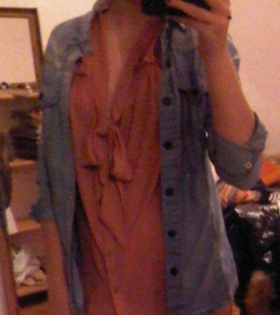 La chemise en jeans et le chemisier.
