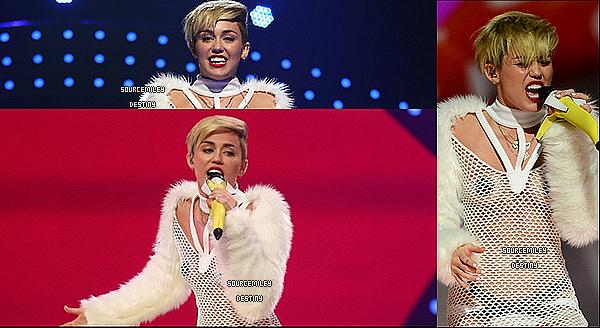 . 21/09: Miley a performée auIHEART RADIO MUSIC FESTIVAL VILLAGE. Elle a pleuré lors de cet performance, elle était sublime, comme toujours, avis? .