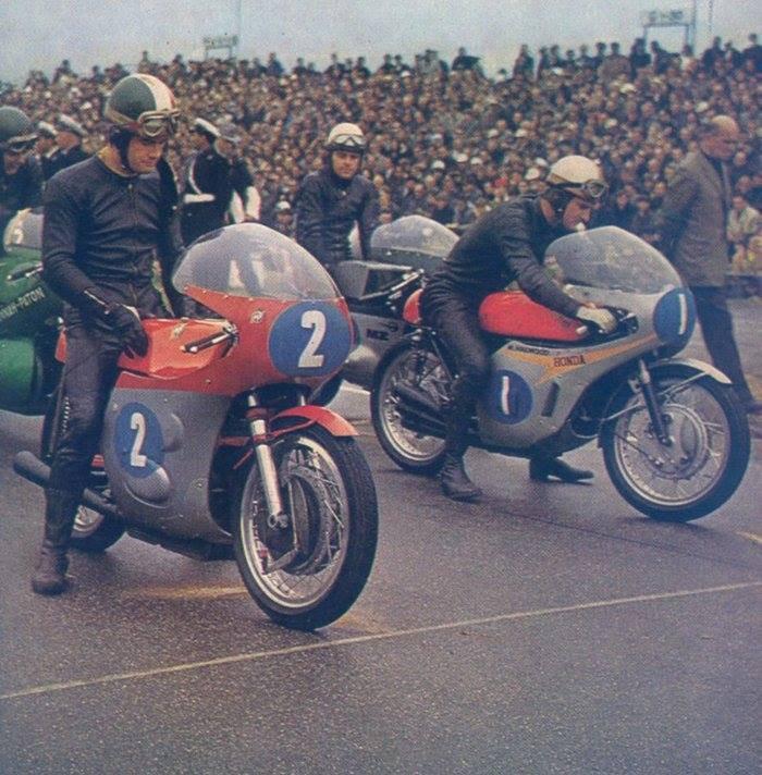 Deux Géants de la Moto Giacomo Agostini et Mike Hailwood.....