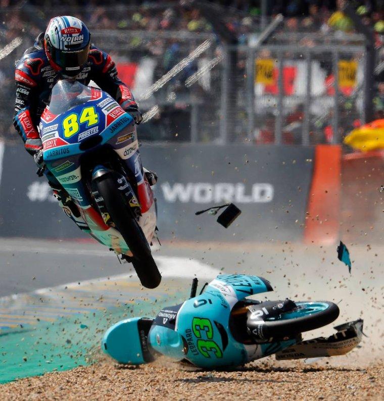 L'envolé de Jakub Kornfeil #84 sur la moto de Enea Bastianini #33 lors de la course Moto3 !