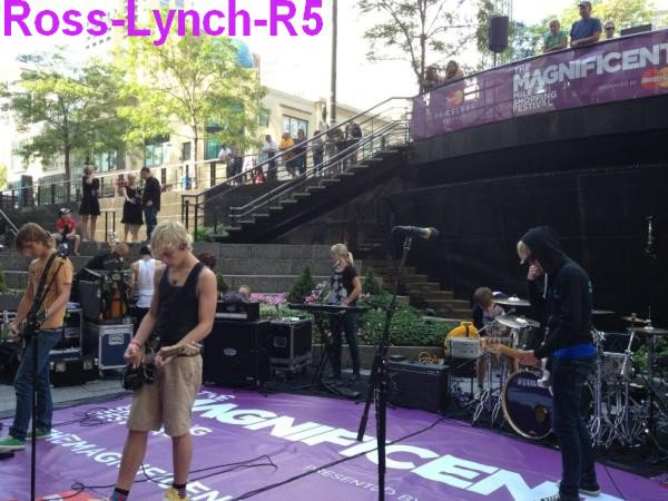 4 Septembre: Les Photos du passage de Ross a la radio disney + une vidéo de Ross a la radio Disney + Les Photos du concert des R5 a Chicago