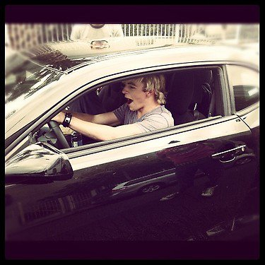 "15 Octobre: Photo de Ross et Maia qui se baignent + Photos de Ross conduisant une voiture + Nouvelle R5tv ""York Fair"""