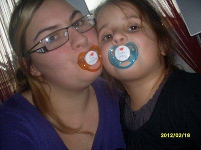 moi et ma tite soeur en mode bb avec  ma collection  de tetini