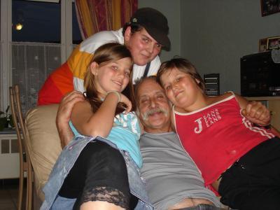 voila une photo de mon papa moi jordan et justine