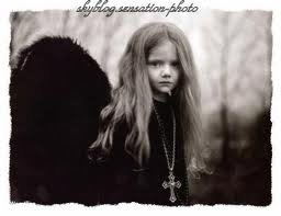 cette petite fille represente tous ce que j'etais enfant ...un ange noir a qui c la faute d'etre nèe ,et qu'on fait payer meme après 40ans ...