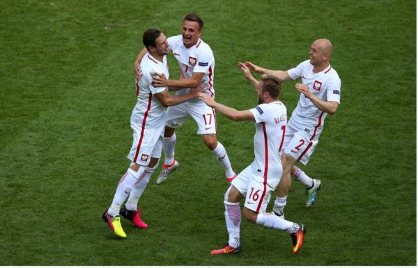 La Pologne contrarie la Suisse et se qualifie pour les quarts
