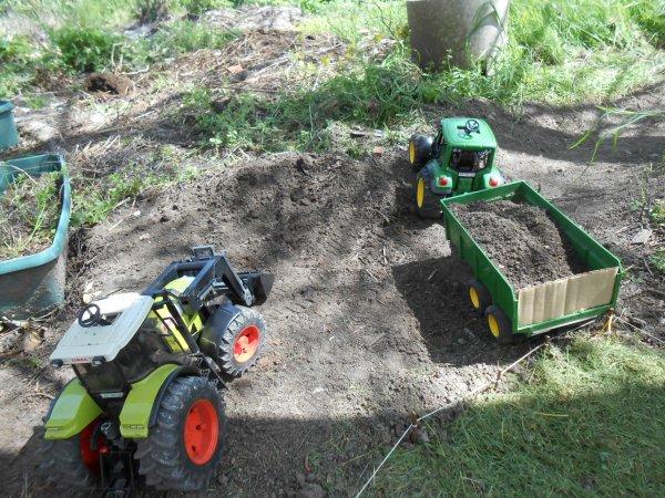Chargement de terre au chemin pour alles dans les champs