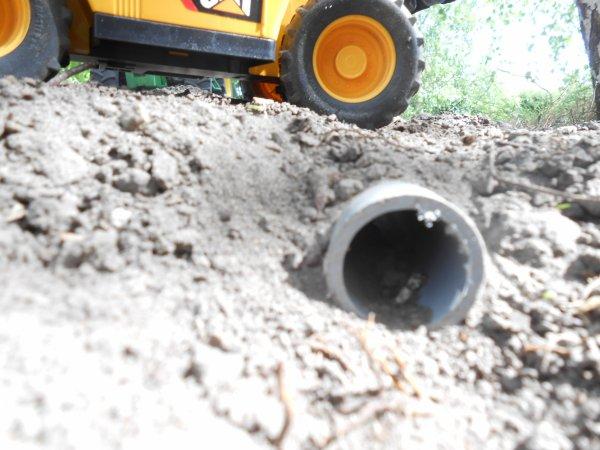 Apres une apres-midi de travaille j'ai fini mon fausser , passer le tuyau piur faire un passage dans le champs + plentation de quelques arbes pour le réalisme .