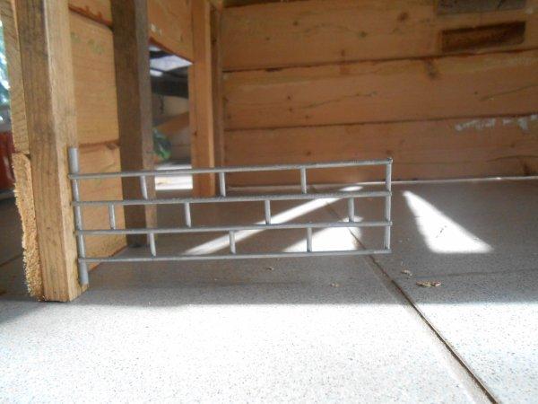 Barriere fixer à la stabulation + peinture ( fixer avec deux petits bouts de paille coller au poteau ) + Systeme pour garder la barriere ouverte