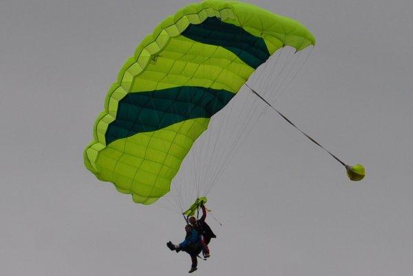 ça vous dit un saut en parachute :D