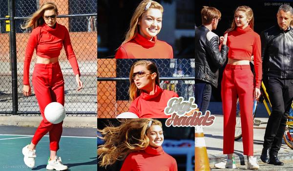 17/10/2018 •  Notre petite, Gigi s'amusait à poser pour un nouveau photoshoot dans les rues de New York. Bizarrement j'aime assez sa tenue rouge de sport. J'ai hâte de voir ce que le shoot va donner ! J'aime sa mise en beauté. TOP. -