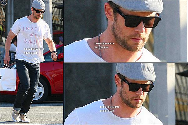 12/03/2014 : Chris à été vu  allant chercher à manger pour sa femme enceinte  Elsa Pataky  à West Hollywood       Magnifique candid. Il y a pas mal de news de chris en ce moment , ça fait plaisir , euh c'est quoi cette sorte de béret sur la tête de Chris