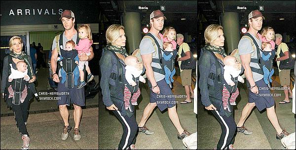 . 11/08/2014 : Chris Hemsworth , sa femme et leur 3 enfants étaient à l'aéroport de  « LAX »  à Los Angeles. Merci a Jessie de ChrisHemsworth pour les news ainsi qu'au site dailymail.co.uk , ça  fait plaisir de voir toute la petite famille réunie .