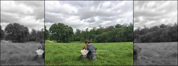 """Découvre une photo de Chris avec sa fille India Rose posté par sa femme Elsa  Elsa Pataky, l'épouse de Chris a posté une photo de son mari et leur fille sur le tournage de """"The Huntsman"""" et ajouté """"Visiting papa on set"""""""