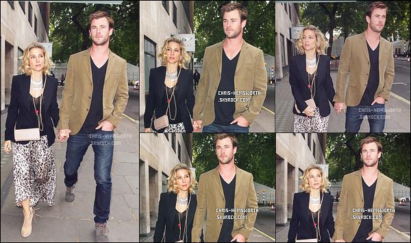 . 07/06/2015 : Chris Hemsworth main dans la main avec sa femme Elsa Pataky se sont rendu à un dîner à Londres Ce couple est vraiment mignon , une fois de plus le beau Chris apparaît très amoureux de sa femme Elsa qui est la mère de ses 3 enfants .