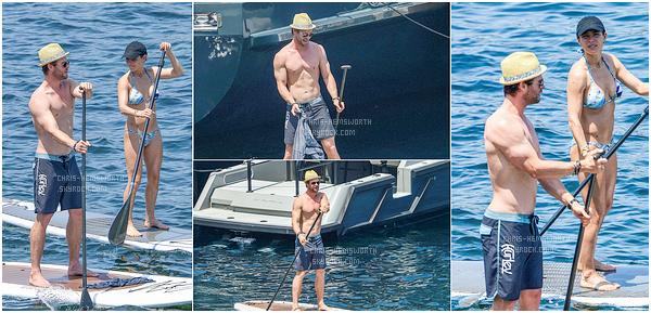 . 03/07/2015 : Après l'Italie le couple Chris Hemsworth & Elsa Pataky  se sont rendus sur l'île Corse (France)  Ils ont fait du stand-up Paddle  , sport de glisse nautique qui consiste à être debout sur une planche de surf avec une pagaie .