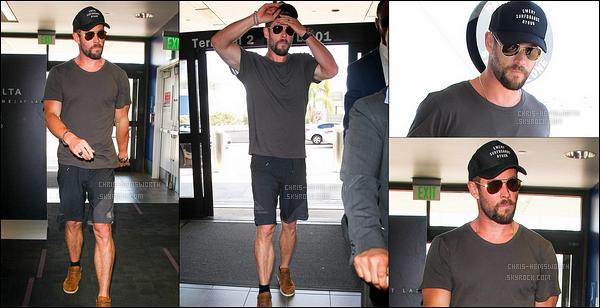 02.10.2017 : Après le shopping avec sa femme, ChrisHemsworth a été vu à l'aéroport de LAX à Los Angeles