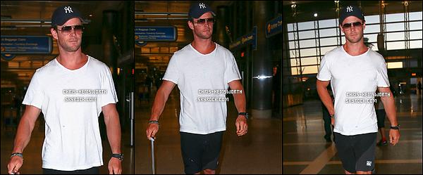 . 19/11/2015 - le beau Chris Hemsworth a été vu à l'aéroport de LAX à Los Angeles .