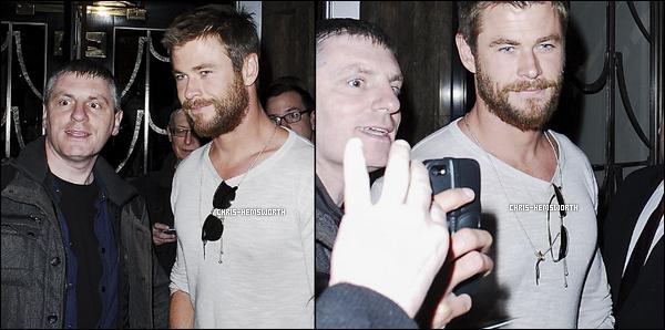 """30.03.2016 : Chris Hemsworth  , l'air fatigué a été vu faisant son arrivée à l'hôtel  """"Claridge's"""" situé à Londres"""